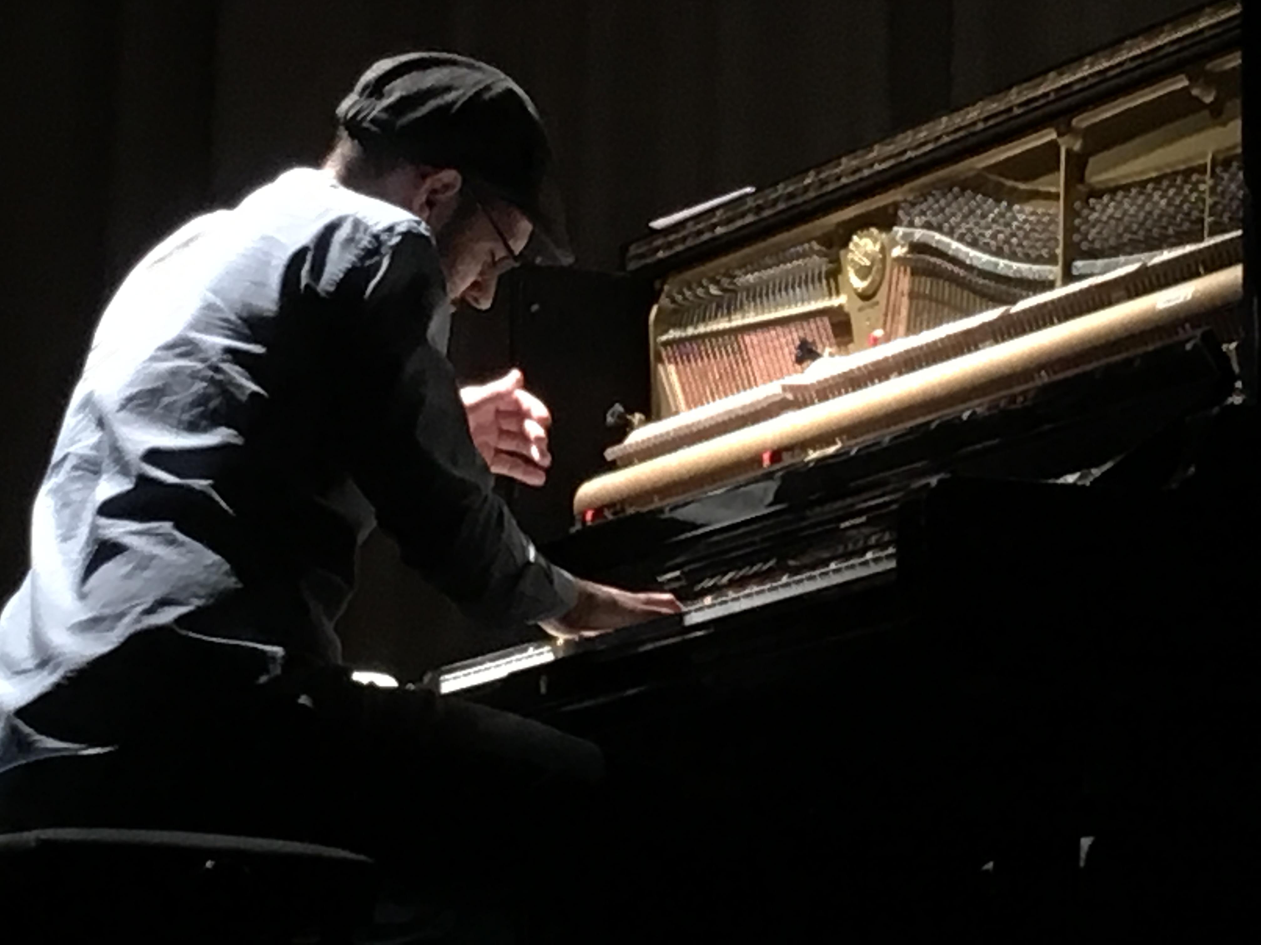 El pasado viernes tuvimos la suerte de asistir al concierto para piano de Borja R. Niso en el Colegio Mayor Mara rindiendo tributo a Ludovico Einaudi dentro de los actos de celebración de la canonización de Santa Nazaria en Roma a manos del Papa Francisco I